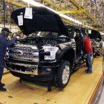 Trabajadores de Ford ensamblan vehículos en una planta en Dearborn, Michigan. La economía de Estados Unidos creció apenas 0.2% en el primer trimestre del presente año, en comparación con el mismo periodo de 2014.