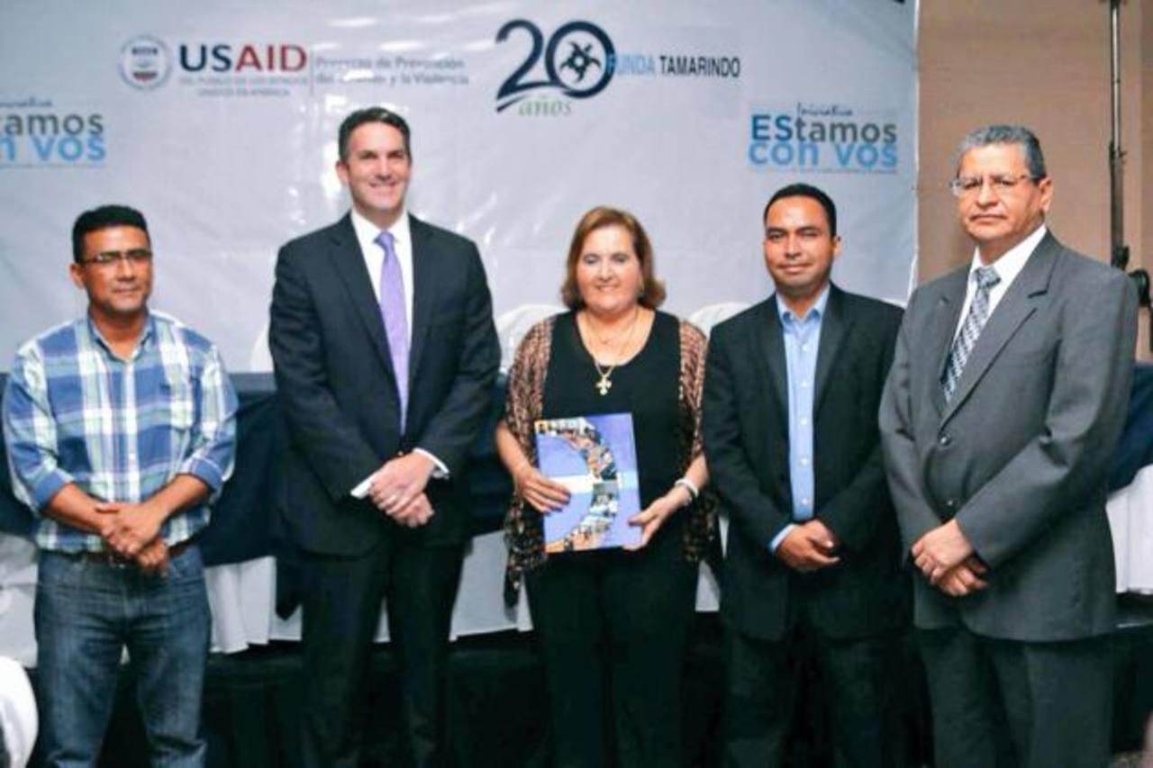 Representantes de la diferentes organizaciones participaron de la firma del convenio que brindará mayor desarrollo a la zona de El Tamarindo, en La Unión. foto edh / cortesía