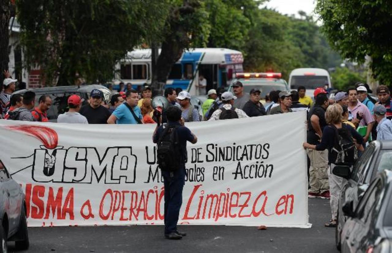 La unidad sindical (USMA) protestó el miércoles frente a la comuna, exigiendo una reunión con el edil de San Salvador. Según dijeron, fueron agredidos por integrantes de Astram con palos y piedras. La tensión duró casi dos horas. foto edh / archivo