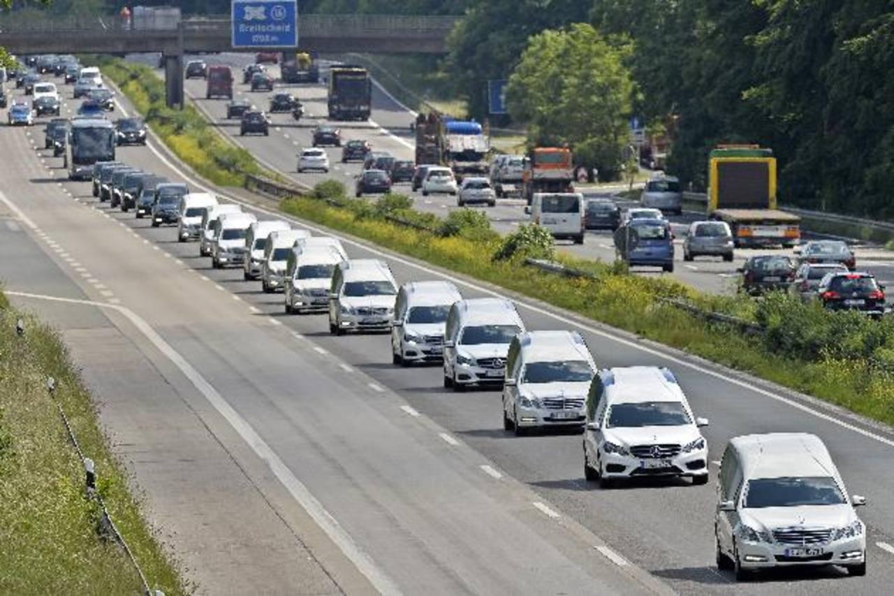 Una caravana de carrozas fúnebres avanzaba por la autopista en Duisburg, Alemania, con los restos de 16 niños que murieron en el accidente de avión de Germanwings en marzo.