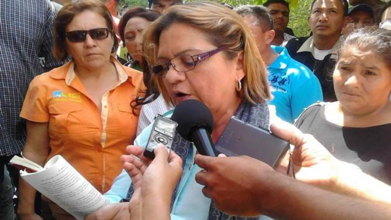 La alcaldesa destituida Lumay Barreto (centro), del municipio José Antonio Paez, del estado Apure. foto EDH / internet