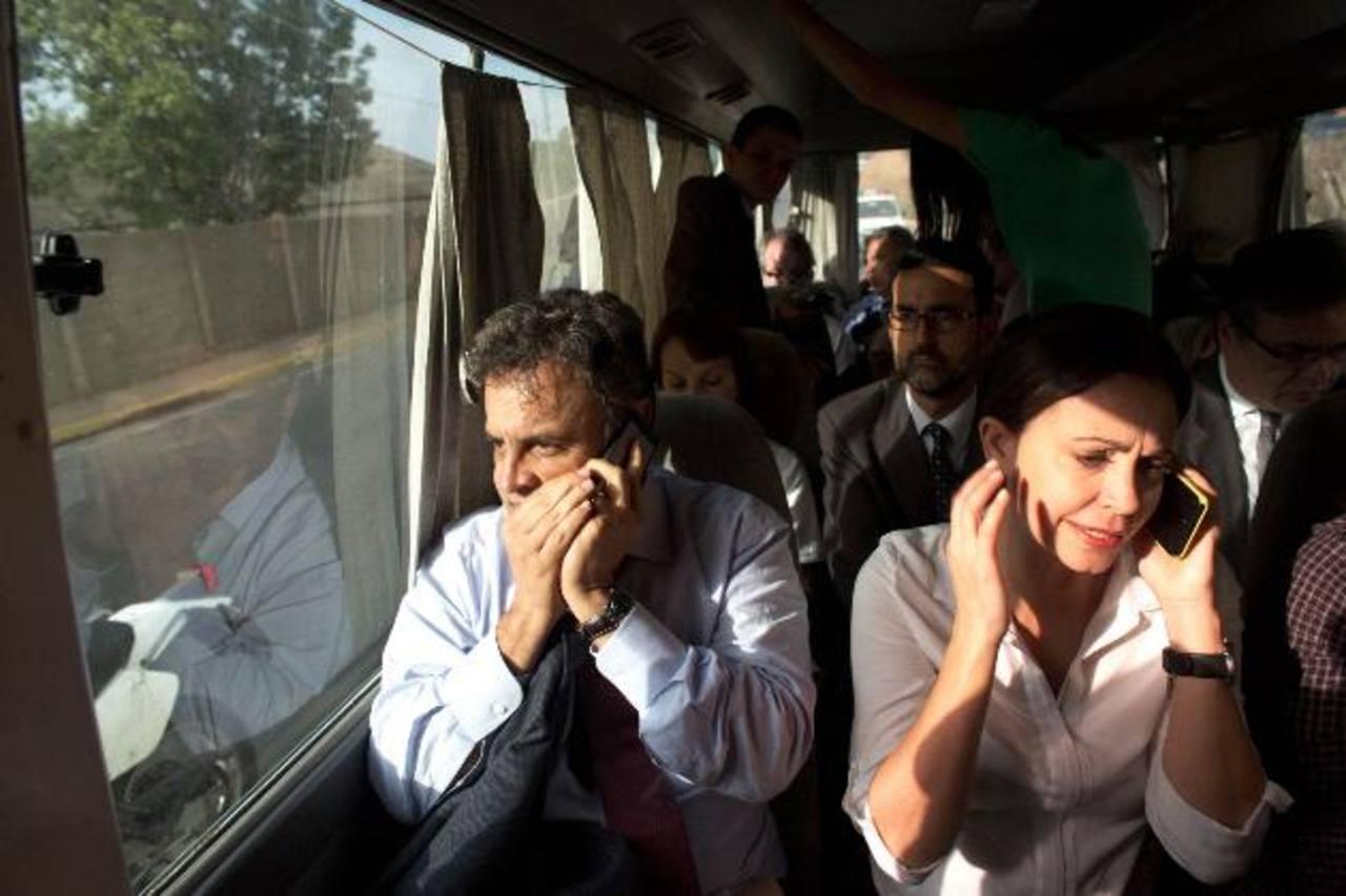 El senador Aécio Neves y María Corina Machado en el autobús que llevaba a la delegación brasileña a Caracas. foto edh /AP