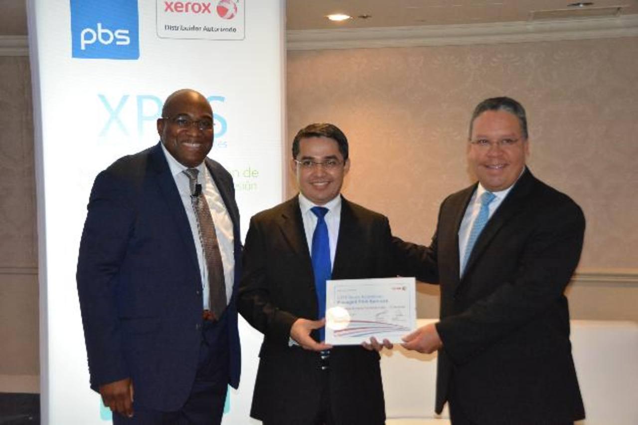 Martin Sharpe (izquierda), representante de Xerox, con representantes de PBS El Salvador. Foto edh/ David Rezzio