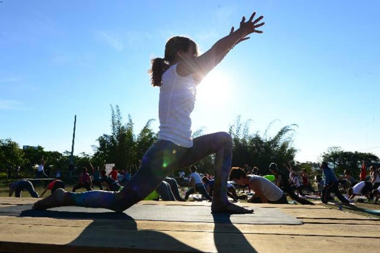 La práctica de yoga tiene múltiples beneficios para la salud física y mental.