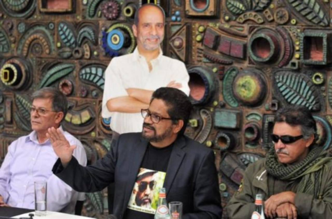 """Luciano Marín, alias Iván Márquez (c), y sus compañeros Rodrigo Granda (i) y Seuxis Paucias Hernández Solarte (d), alias """"Jesús Santrich""""."""