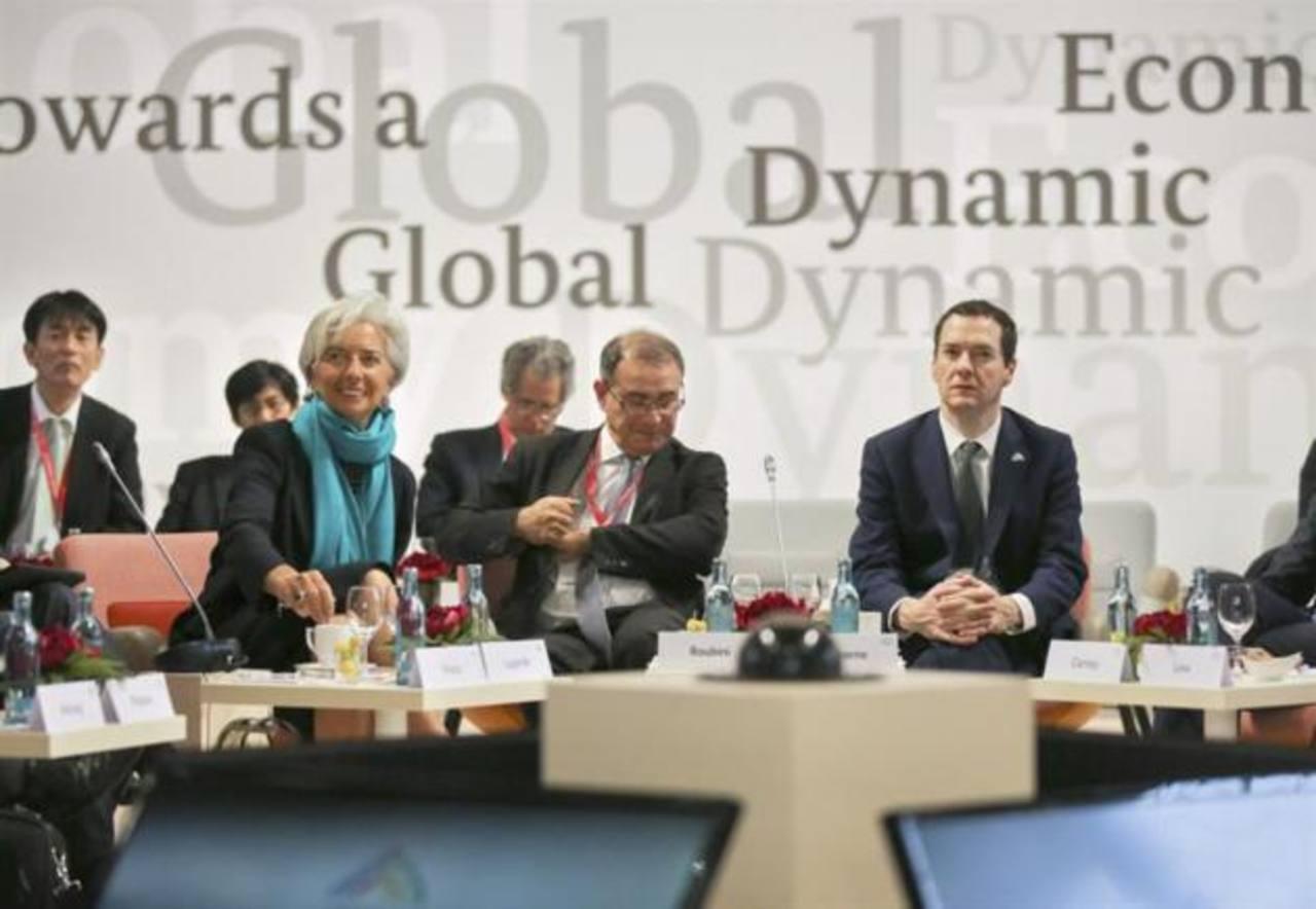 """La directora gerente del Fondo Monetario Internacional (FMI), Christine Lagarde (izda), el economista estadounidense Nouriel Roubini (centro) y el ministro de Finanzas británico, George Osborne (dcha), asisten al simposio """"Hacia una economía global d"""