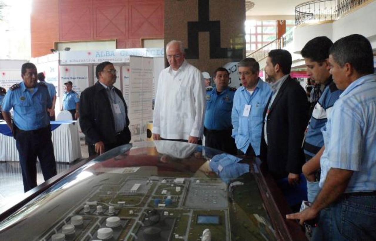 Francisco López (centro, chaqueta negra), vicepresidente de Albanisa, explica a Rafael Ramírez (centro, de guayabera blanca), presidente de PDVSA, el grado de avance de los planes para construir una refinería en el Pacífico nicaragüense. foto edh / a