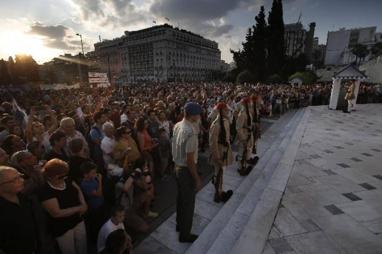 Miles de griegos protestaron ayer contra cualquier acuerdo con la Unión Europea, mientras los bancos helenos permanecían cerrados al igual que la Bolsa de Valores. fotoEDH