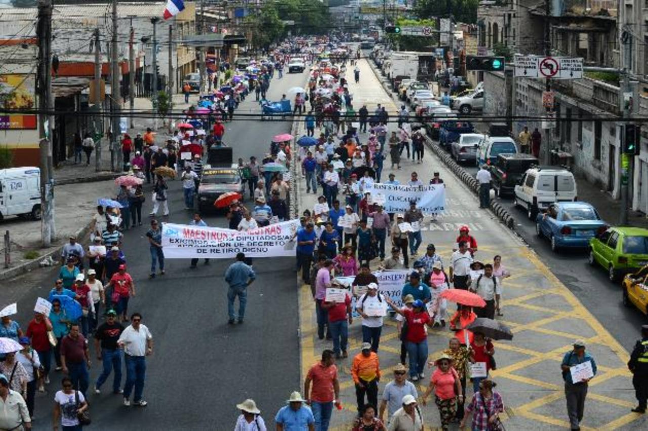 Los profesores de la gremial Simeduco tienen previsto realizar acciones de protesta en los próximos días, debido a que el Gobierno no desembolsa fondos a escuelas. Foto EDH / ARCHIVO