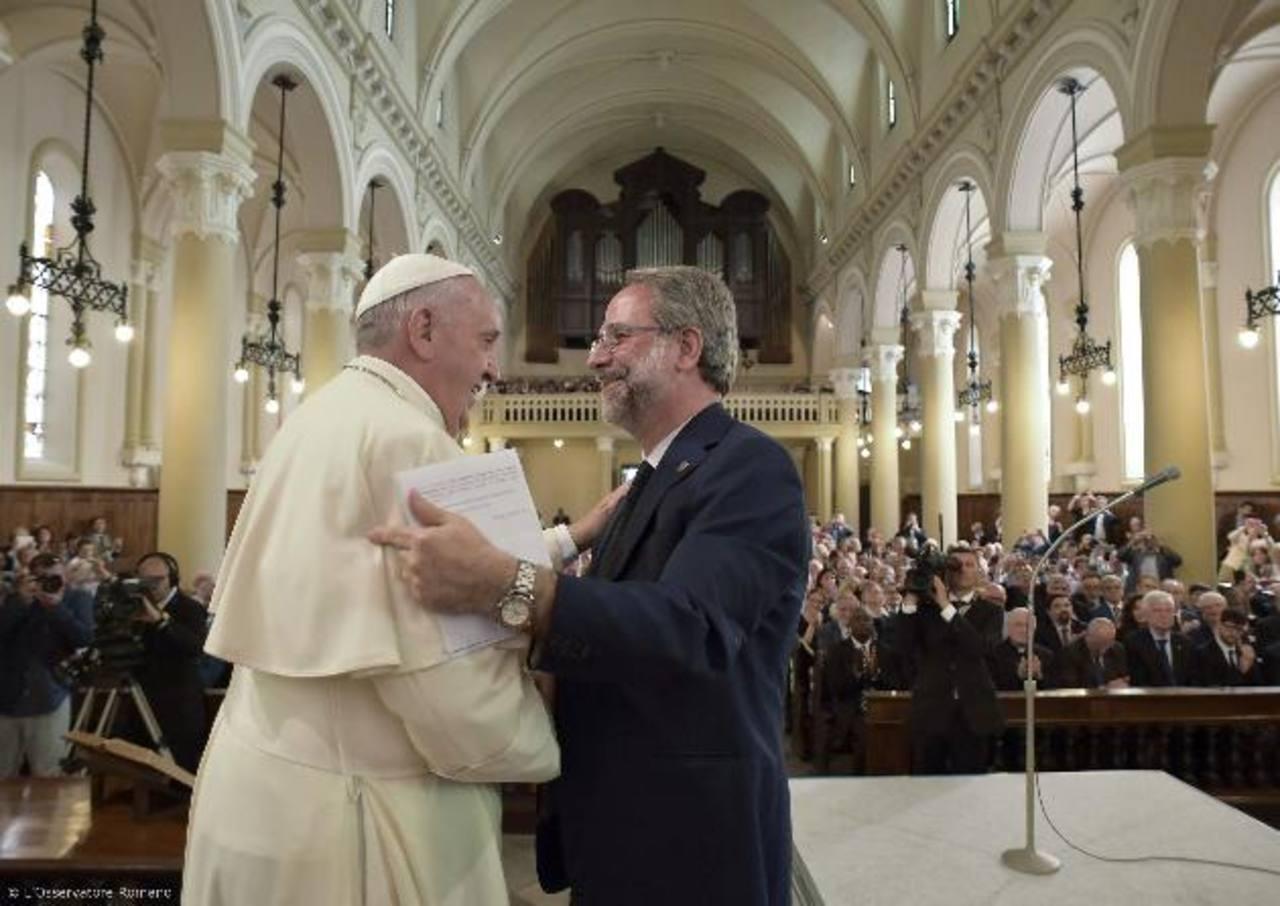 El Papa Francisco da la mano al pastor Eugenio Bernardini, de la iglesia evangélica Valdense. Foto EDH