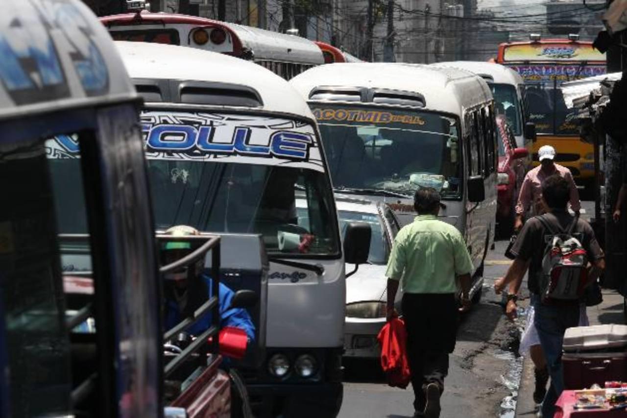 El transporte público de pasajeros es uno de los sectores más acosados por las pandillas. Foto EDH/ Archivo