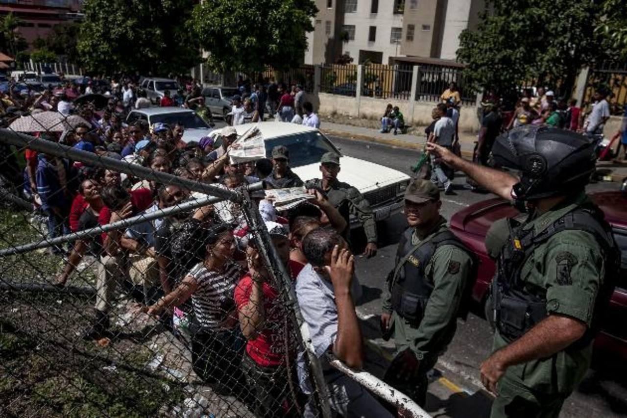 La escasez de alimentos obliga a los venezolanos a hacer largas filas afuera de los supermercados. foto edh /archivo