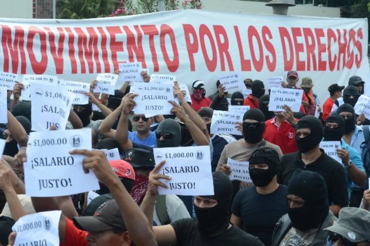 """Los agentes aseguran que tienen sueldos """"miserables"""" pese a que su trabajo es de alto riesgo. Foto EDH / Douglas Urquilla."""