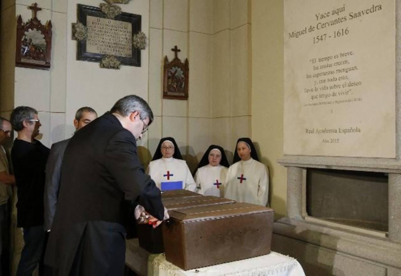 Momento de la colocación de los restos del escritor Miguel de Cervantes, el literato español más universal, que descansan ya en el nuevo monumento en su honor erigido en la iglesia de San Ildefonso del convento de las Trinitarias de Madrid.