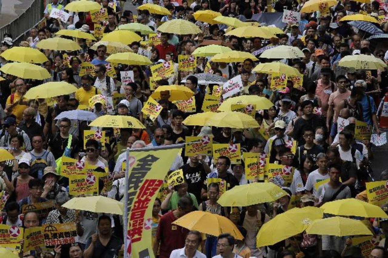 Hasta 3,000 personas se concentran con paraguas amarillos. foto edh / ap