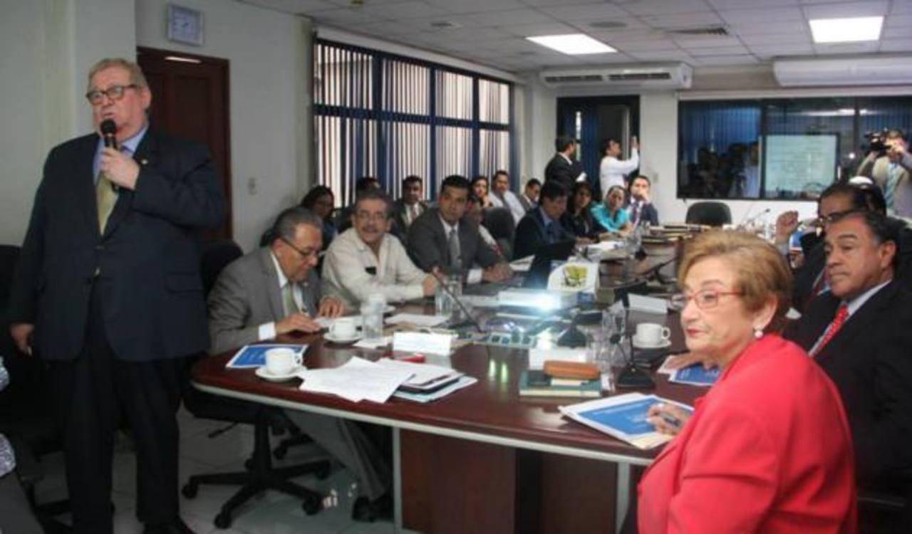 El ministro de Hacienda, Carlos Cáceres, informó ayer a los diputados sobre la tasa de interés previsional. Foto EDH/archivo