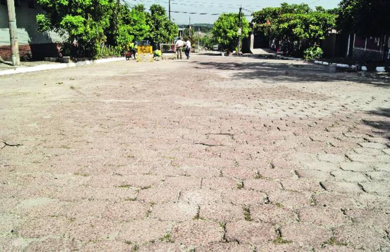 Trabajadores de la comuna dan los últimos retoques a la calle que ayer fue entregada por el alcalde. Foto EDH / cortesía