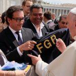 FGR entrega obsequio al papa Francisco