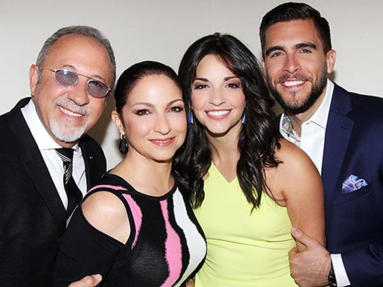 Villafañe junto al matrimonio de músicos Estefan.