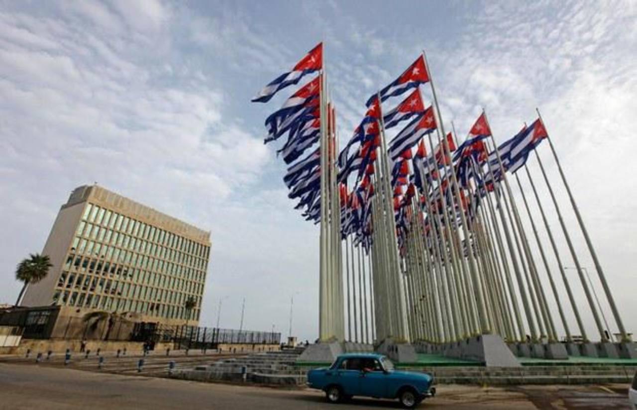 A la izquierda, el edificio de la Sección de Intereses de Estados Unidos en La Habana. foto edh / archivo