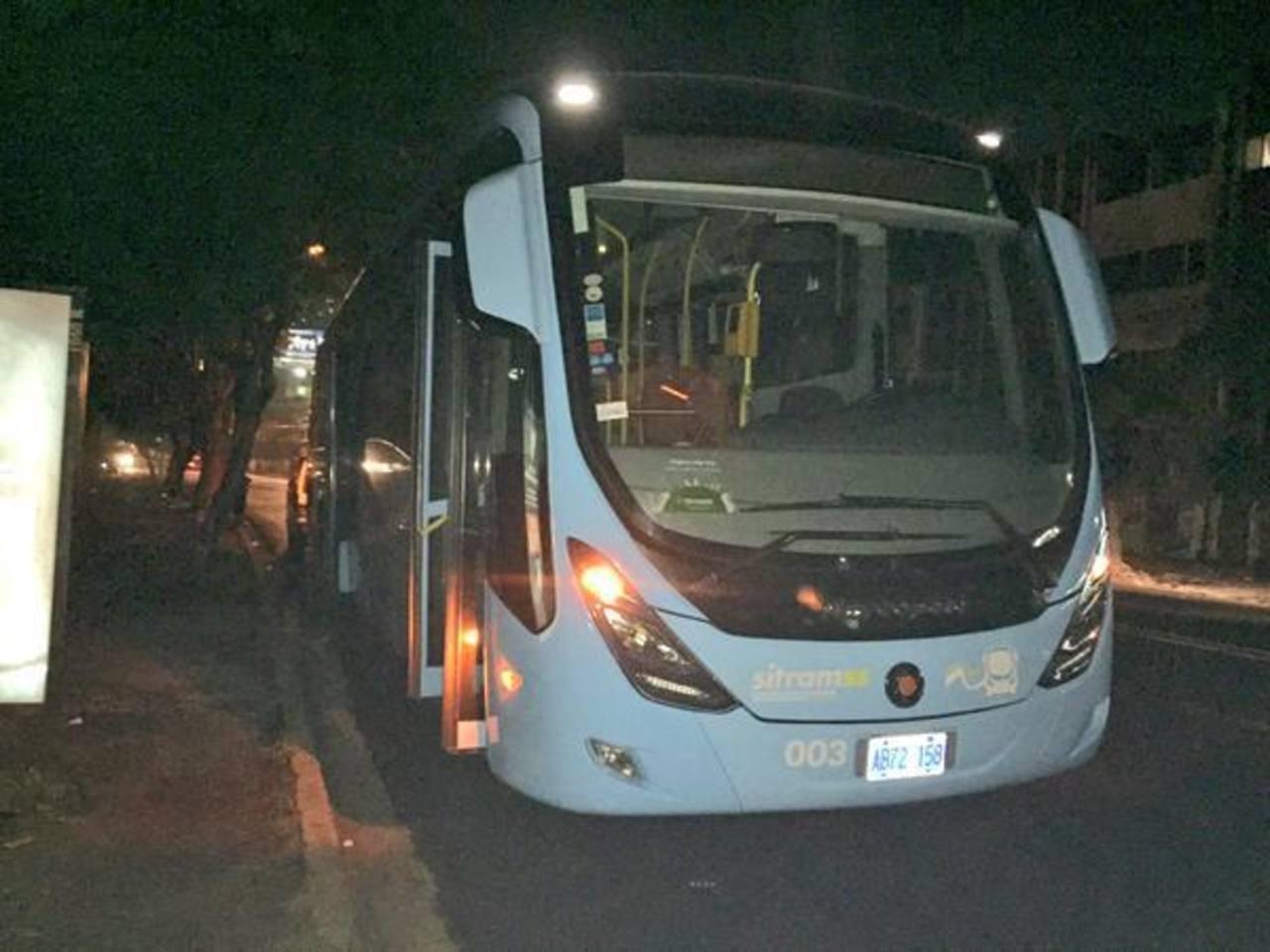 Quiebran parabrisas de un bus del Sitramss
