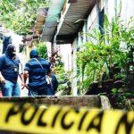 Policía inspecciona lugar en donde asesinaron a tres miembros de una familia en Cuscatancigo