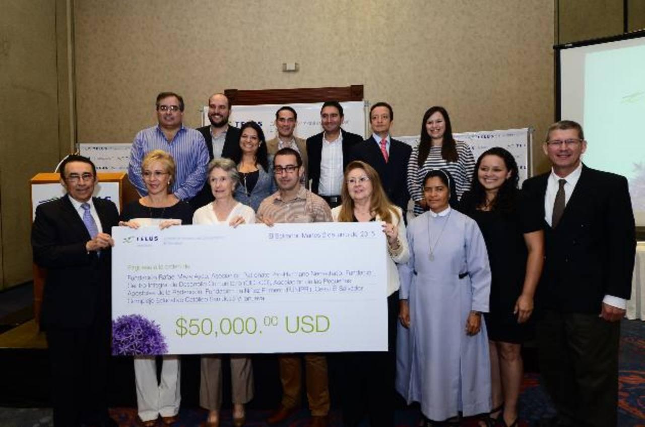 Representantes de las entidades favorecidas junto a miembros del comité de inversiones de Telus Internacional. Fotos EDH / MIGUEL VILLALTA