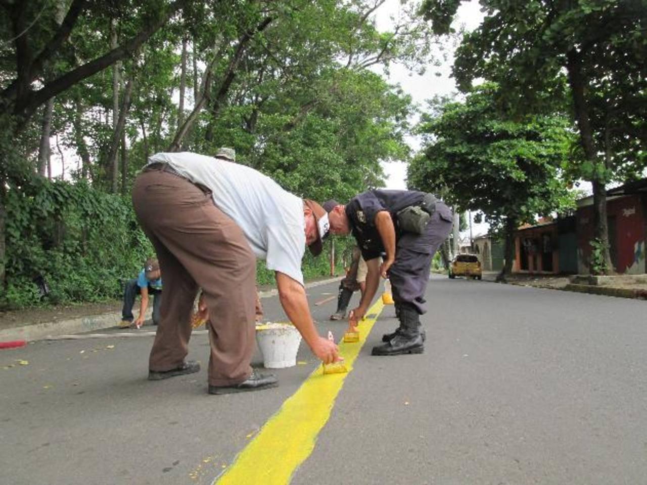 Agentes policiales comunitarios y el comité de apoyo mejora la señalización vial del municipio. Fotos EDH/ Cortesía