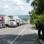 Una fila de camiones espera pasar la frontera salvadoreña de El Amatillo, en La Unión. La agilización de trámites en aduanas y la reducción de la corrupción son dos de los objetivos del nuevo acuerdo de facilitación del comercio de la OMC.