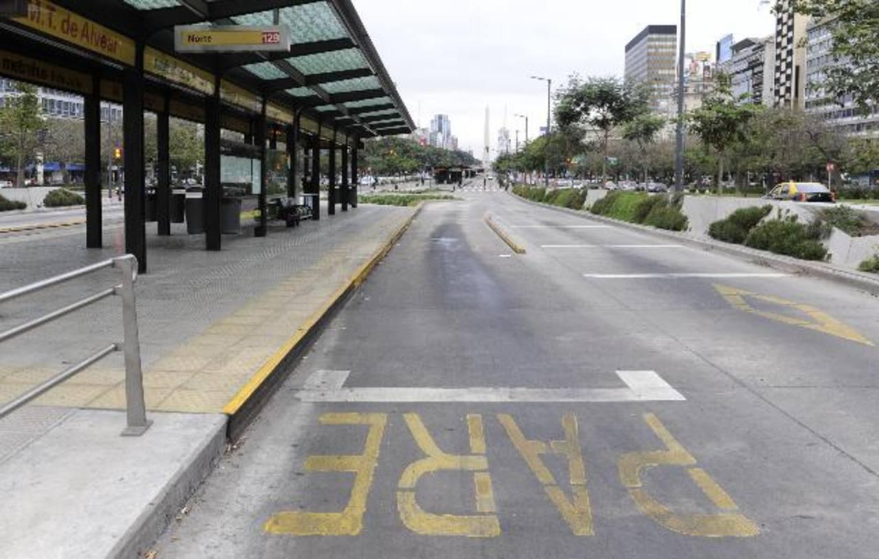 Vista general de una estación vacía de metrobús, ayer, en Buenos Aires. foto edh / efe
