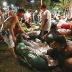 Rescatistas y espectadores atienden a los heridos durante un festival en Taiwán el 27 de junio del 2015.