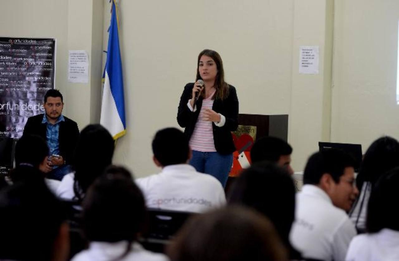 Ganadores del Global Student Entrepreneur Awards escuchan a Giancarlo Angelucci, presidente de EO. foto EDH / m. Hernández