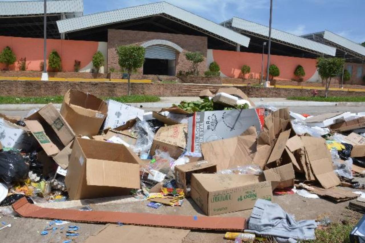 La municipalidad de Usulután avaló que la población deje su basura frente al mercado recién construido en colonia Leiva.