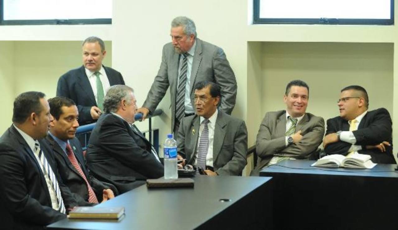 Parte del equipo legal en una de las audiencias por presunto peculado en el caso CEL-Enel. foto edh / archivo
