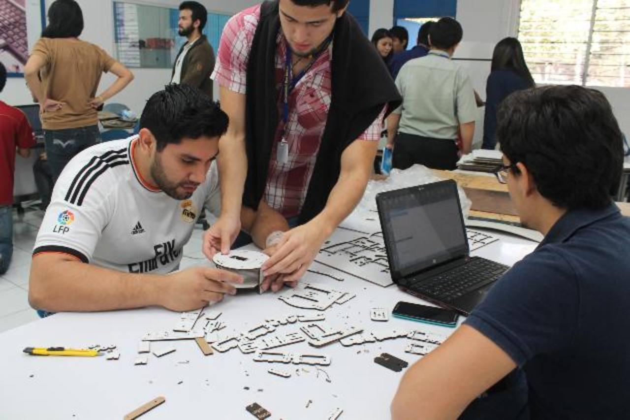 Jóvenes realizan emprendimientos en el área de Diseño Industrial de la UDB. Foto EDH / cortesía Representantes de ambas instituciones participaron en la firma del convenio. Foto EDH /cortesía