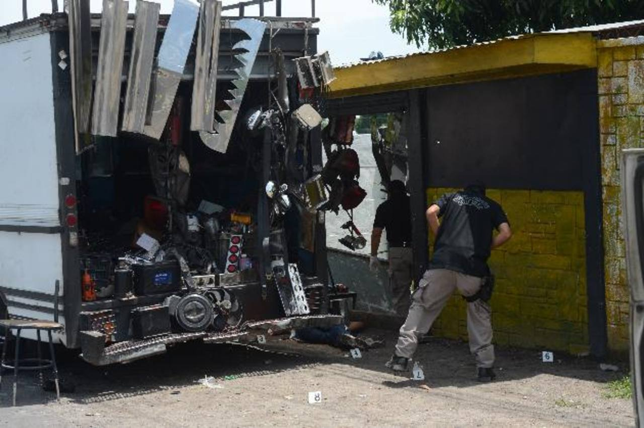 Investigadores buscan evidencias en el sitio donde fue asesinado Melvin Eleazar Funes Zetino. Foto EDH / Douglas Urquilla.