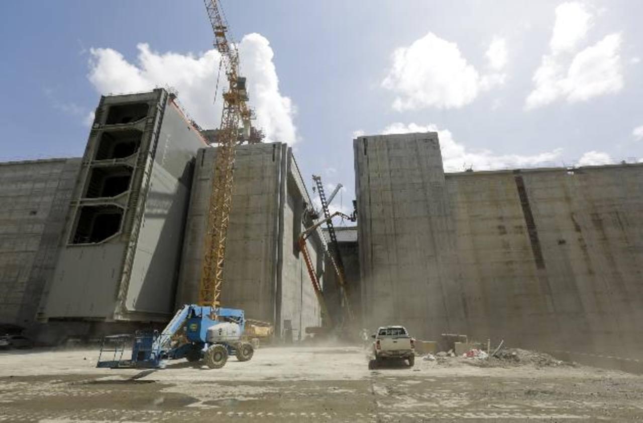 Obreros con grúas trabajan en la construcción del tercer juego de esclusas del Canal de Panamá, en esta foto de archivo de finales de marzo recién pasado.