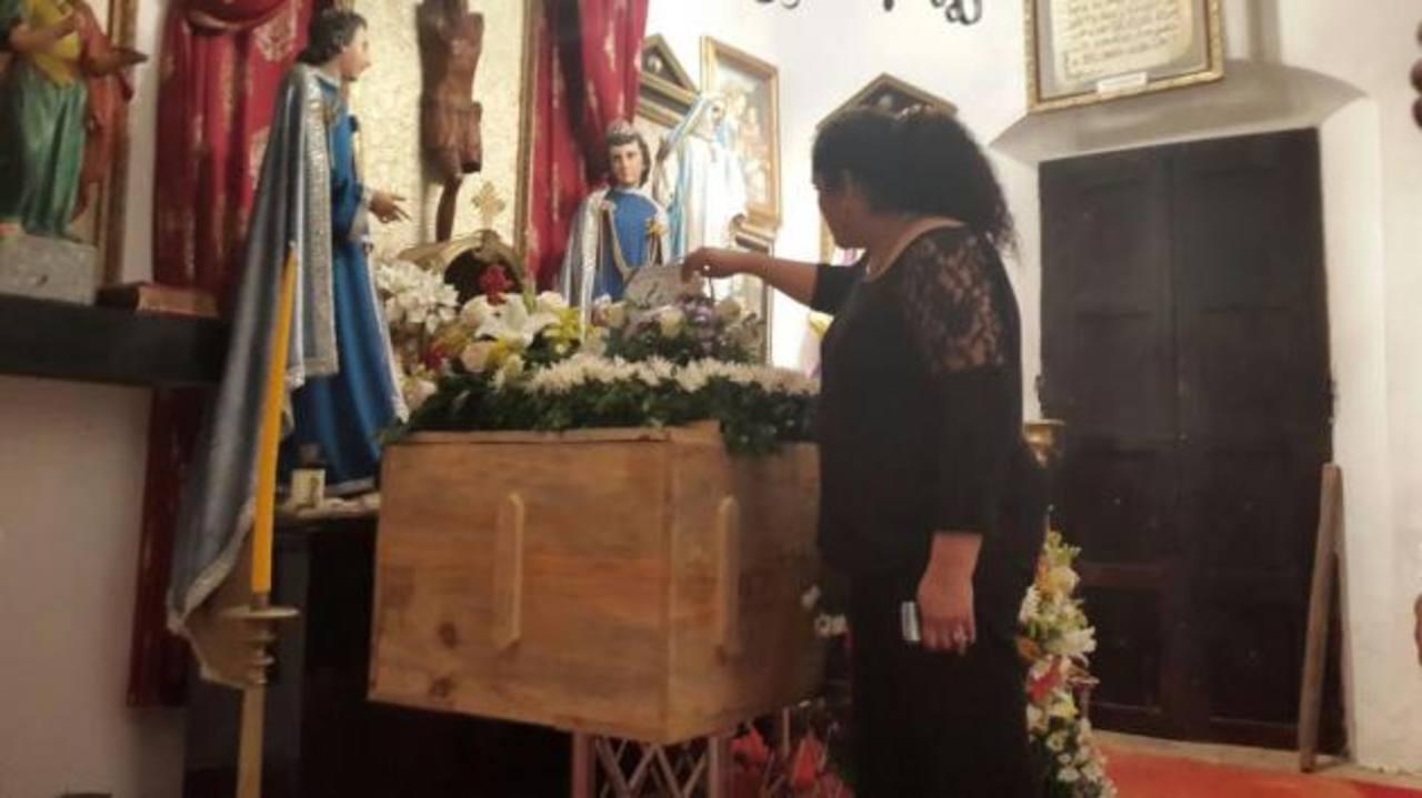 Cumpliendo la voluntad de Alejandro Cotto, sus restos descansan en un ataúd sencillo. Su velación se realiza en la casa museo, en Suchitoto. Foto EDH / Marlon Hernández