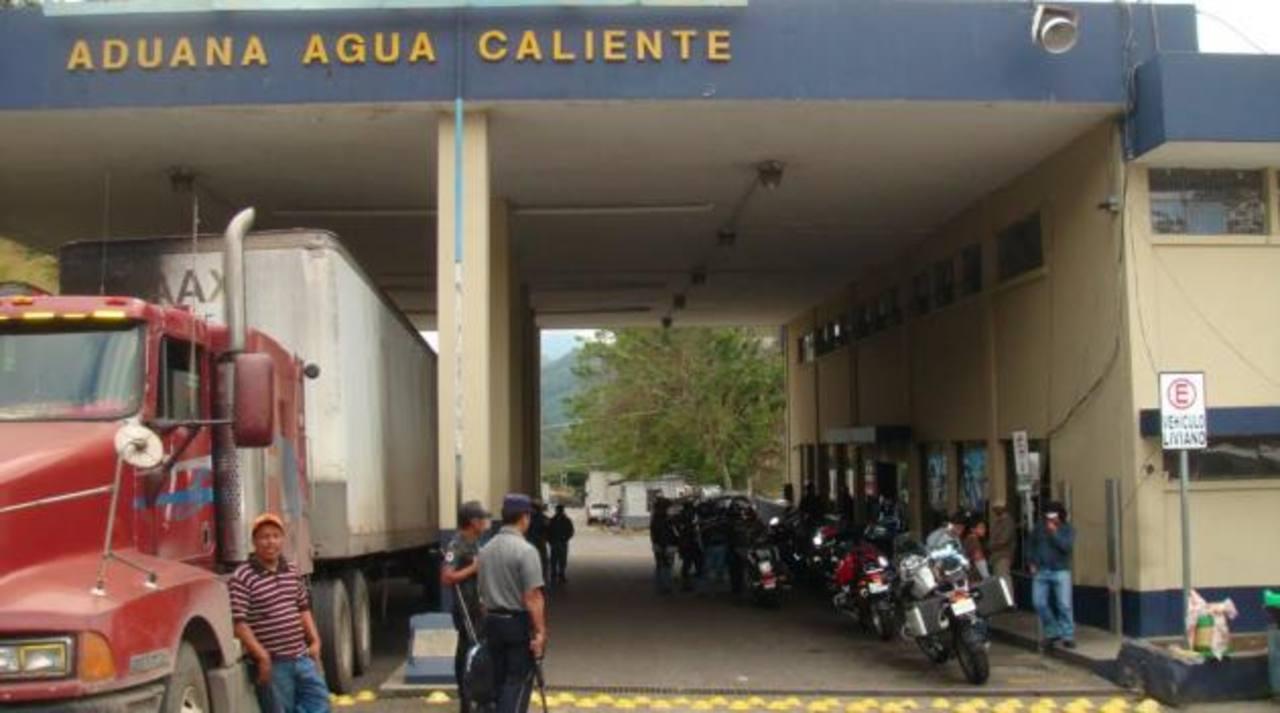 De dos ventanillas de atención en fronteras de Guatemala y Honduras, se pasaría a una sola. Para enero se espera que las instalaciones sean solo para control de paso. Foto EDH/ Archivo