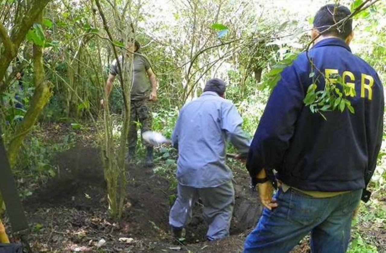 Forenses trabajan en la exhumación de cuerpos hallados en un cementerio clandestino en El Limón, Colón. Se recuperaron más de 20 cadáveres de personas desaparecidas. Foto EDH