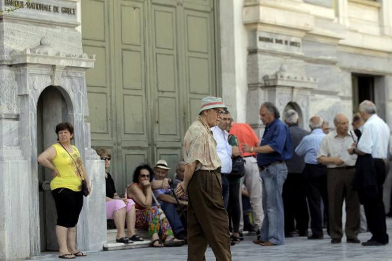Pensionistas hacen cola en una sucursal del Banco Nacional de Grecia en Atenas (Grecia).