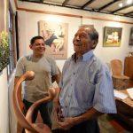 El escultor Erasmo Rosales y José Sabas Gómez comparten en el Museo Musa. Foto EDH / HÚBER ROSALES.