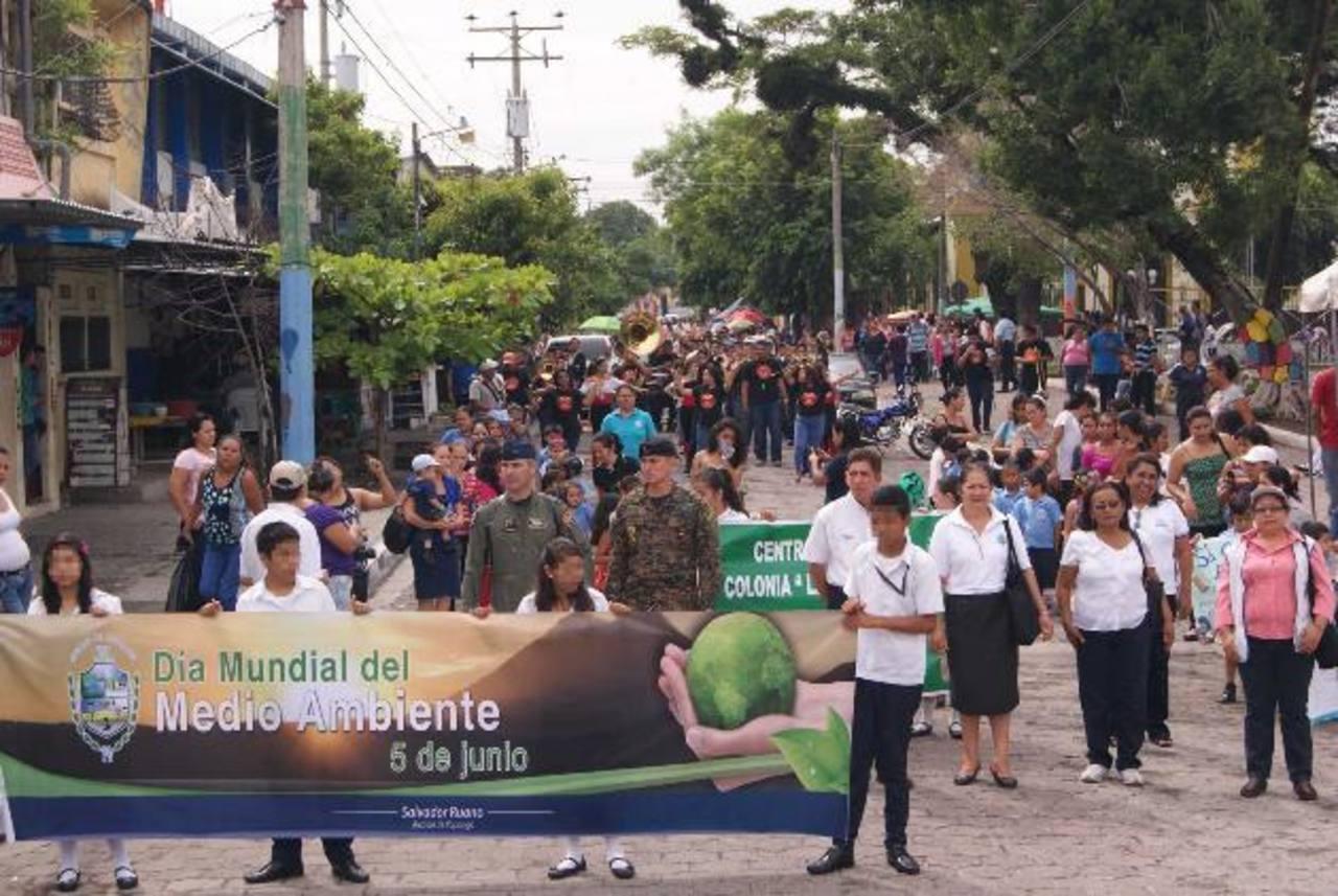 Cientos de alumnos de Ilopango y representantes de instituciones desfilaron por el Medio Ambiente . fotos cortesía