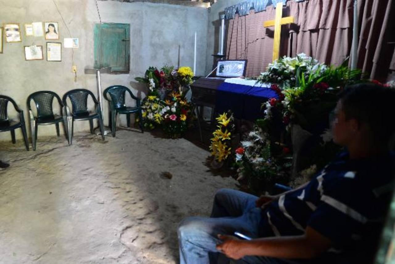 Familia y amigos velaban los restos del soldado José Jaime Henríquez Ayala, una de las dos víctimas del ataque el domingo.Foto EDH / Mauricio Cáceres
