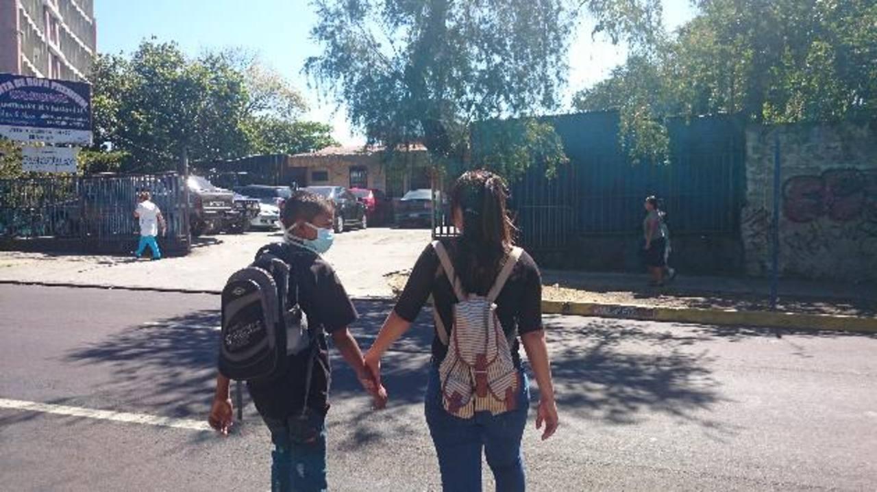 Erick junto a su tía Mirna, en los alrededores del Hospital de Niños Benjamín Bloom. Ambos residen en Zacatecoluca, La Paz. foto edh / Archivo