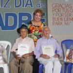 Alcaldesa de Cojutepeque, Guadalupe Serrano, en compañía de Juan González, de 101 años, y de José Medrano, de 97 años. Foto EDH / Cortesía.
