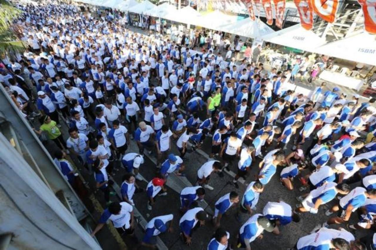 Panorámica de la gran cantidad de gente que se dio cita para correr. Foto EDH