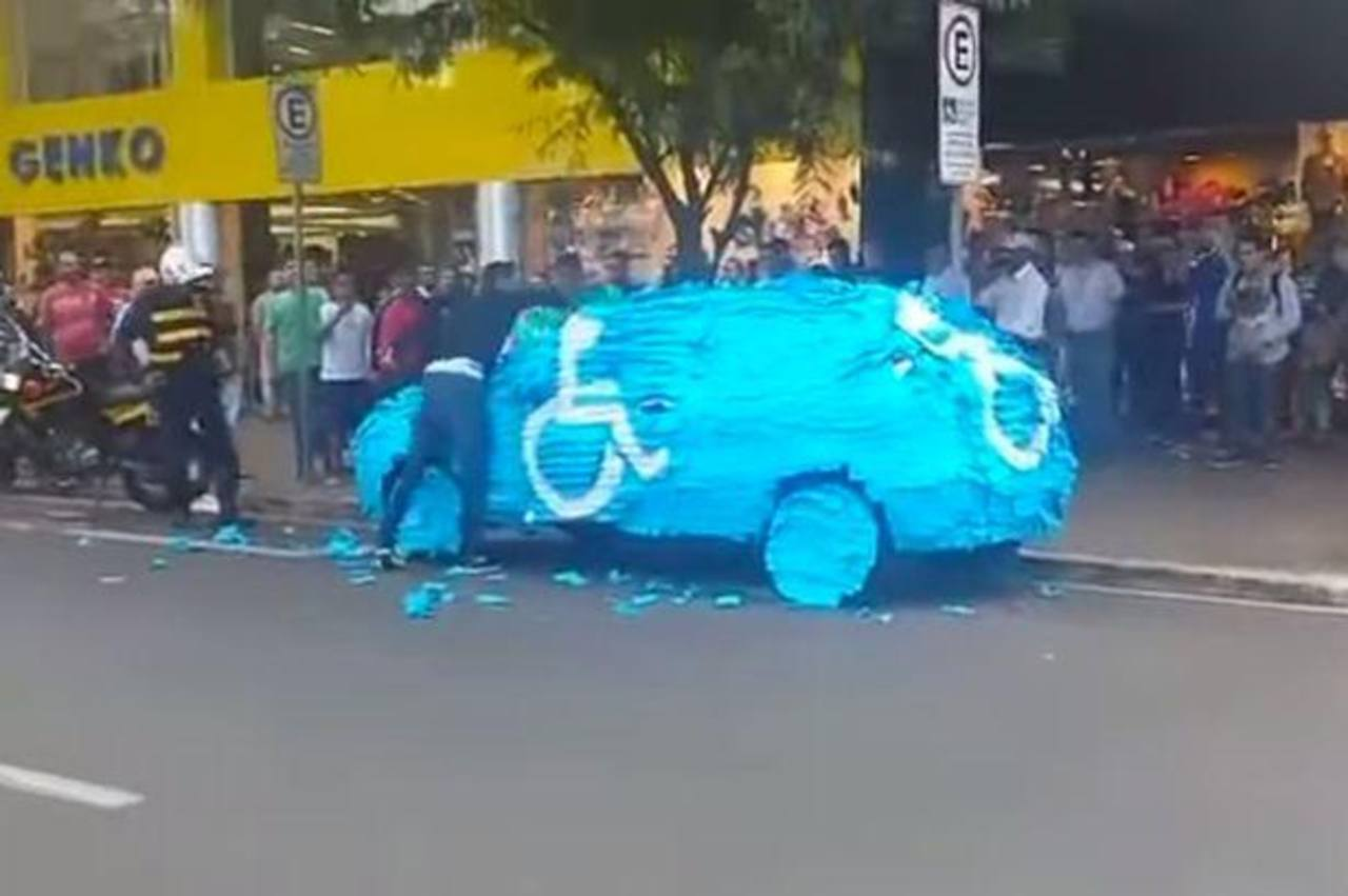 Video: Estacionó su auto en zona para discapacitados y recibió lección