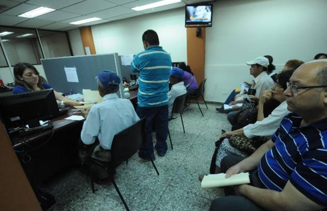 El Salvador es el único país en el que el sistema privado financia el sistema de pensiones público por obligación. Foto EDH / archivo