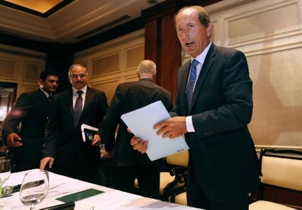 El director ejecutivo global de Nestlé, Paul Bulcke (dcha), a su salida tras comparecer en rueda de prensa para informar sobre la retirada de los noodles Maggi en Nueva Delhi (India).